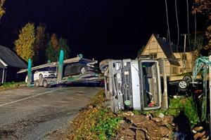 В Эстонии перевернулся автовоз с новыми Mercedes-Benz